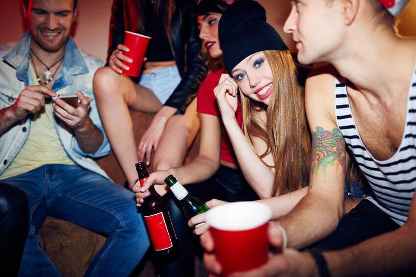 Adolescentes consumiendo alcohol