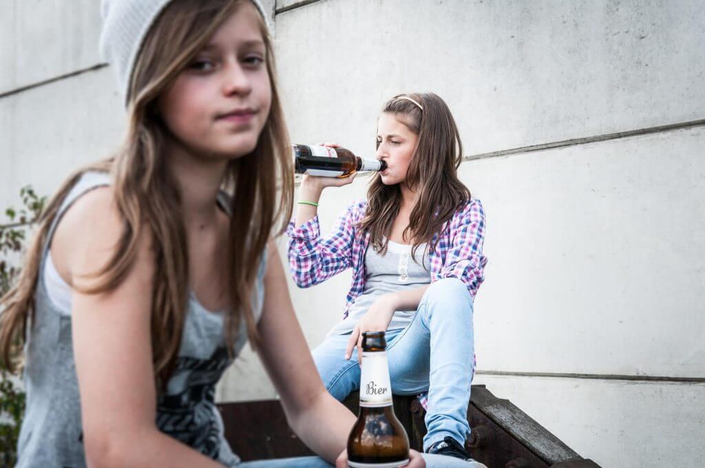 Dos adolescentes bebiendo