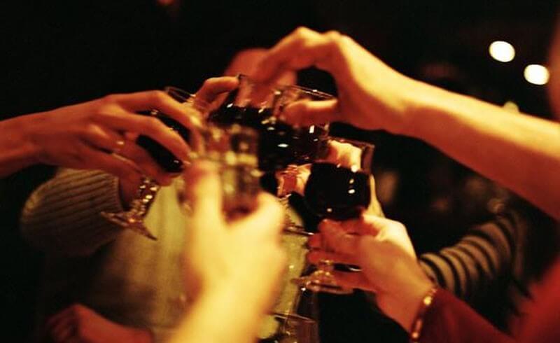 jóvenes celebrando con alcohol y tabaco