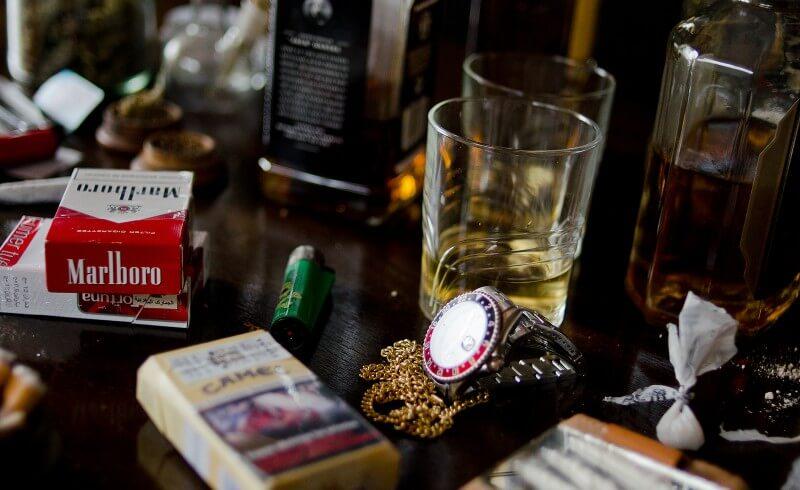 conjunto de vicios como el alcohol, el tabaco, las drogas y el juego