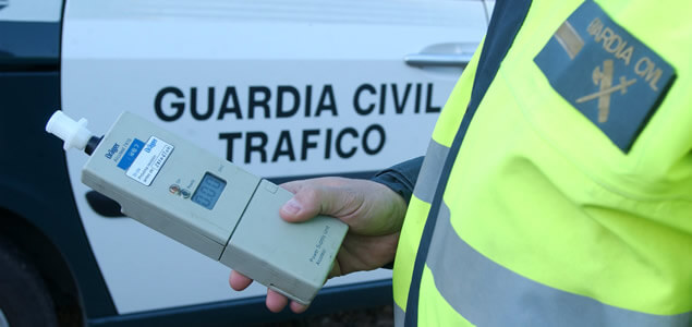 guardia civil realizando test de alcoholemia con dispositivo