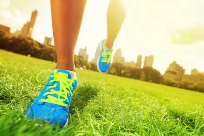 persona corriendo al aire libre como solución para combatir la adicción a las drogas