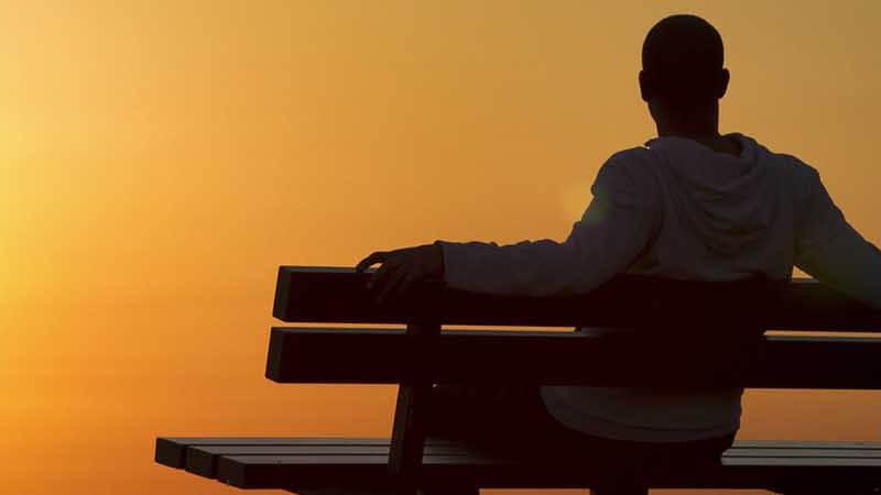 joven sentado en una silla pensando en internarse en un centro de desintoxicacion