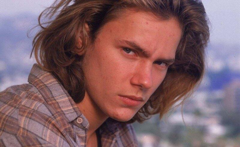 Foto de River Phoenix quien interpretó a Indiana Jones Joven y falleció por sobredosis de drogas