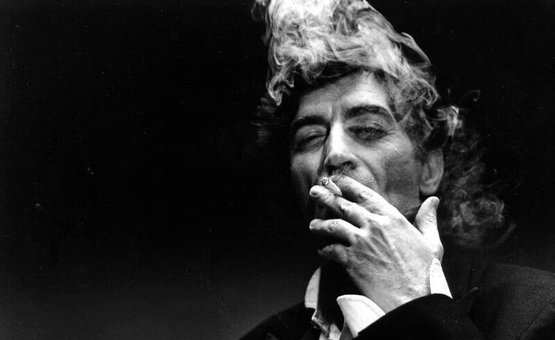 Imagen de Joaquín Sabina fumando un cigarro