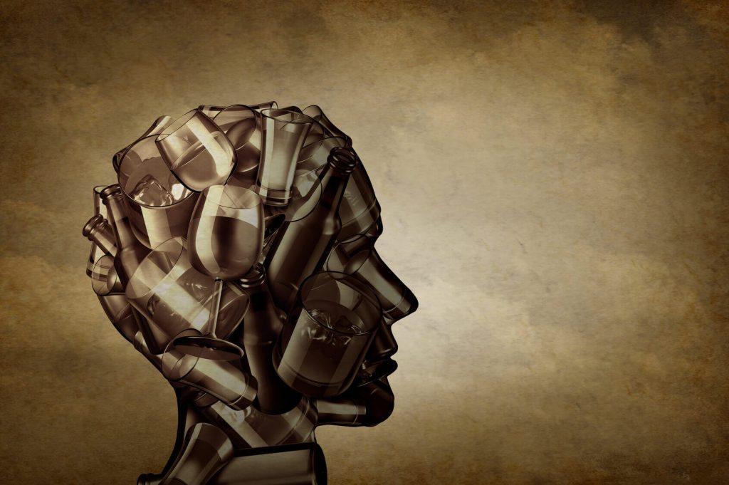 Representación de una cabeza humana hecha con botellas de bebidas alcohólicas