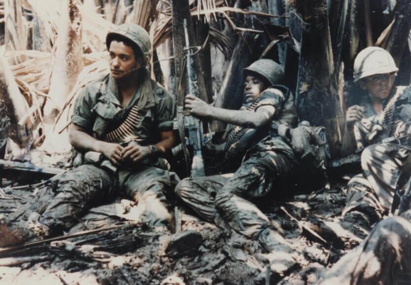 Soldados de la armada americana sentados en una trinchera