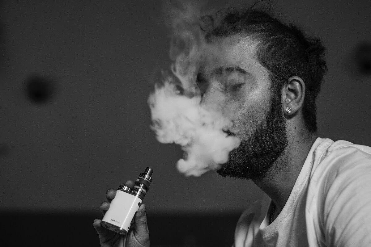 chico fumando de un vaper
