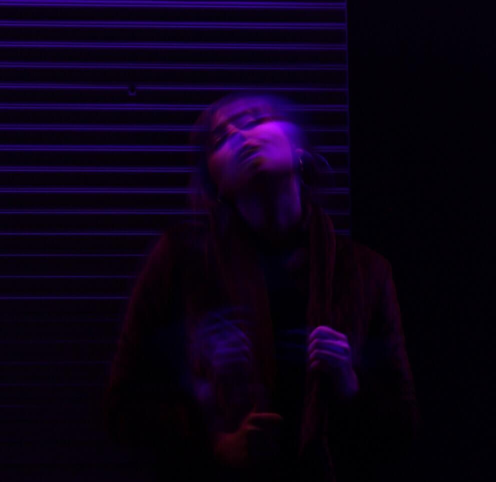 Una imagen borrosa de una chica que parece haber consumido alguna sustancia tóxica