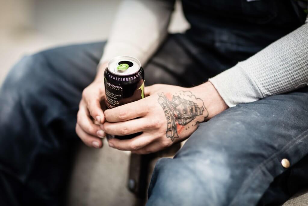 Un chico sostiene una bebida energética entre las manos