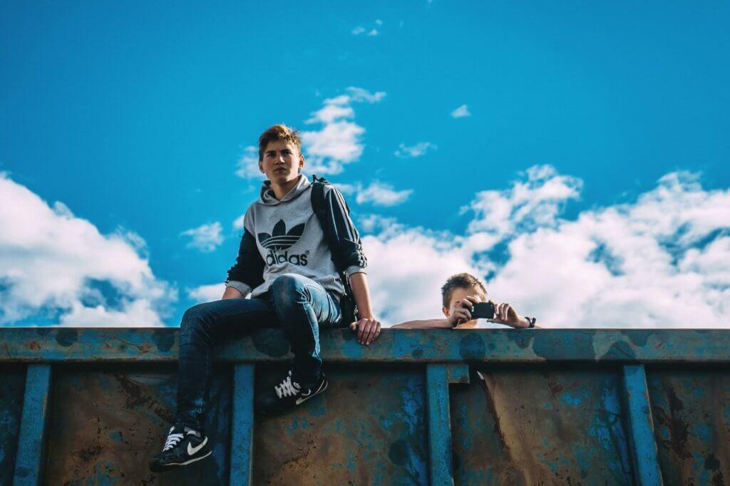 Imagen de unos niños subidos a una tapia