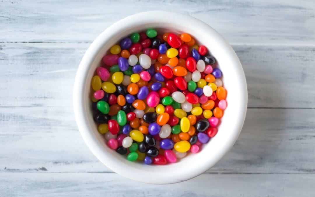 Un bol lleno de judias de caramelos, beans