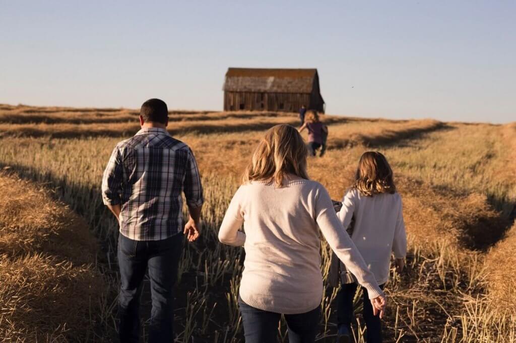 Una imagen de una familia caminando por el campo