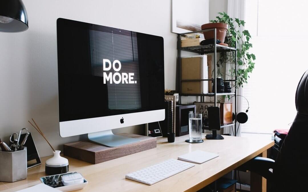 Una mesa de trabajo con un ordenador, en la pantalla pone, haz más