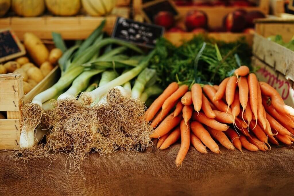 Imagen en la que se ven zanahorias y puerros