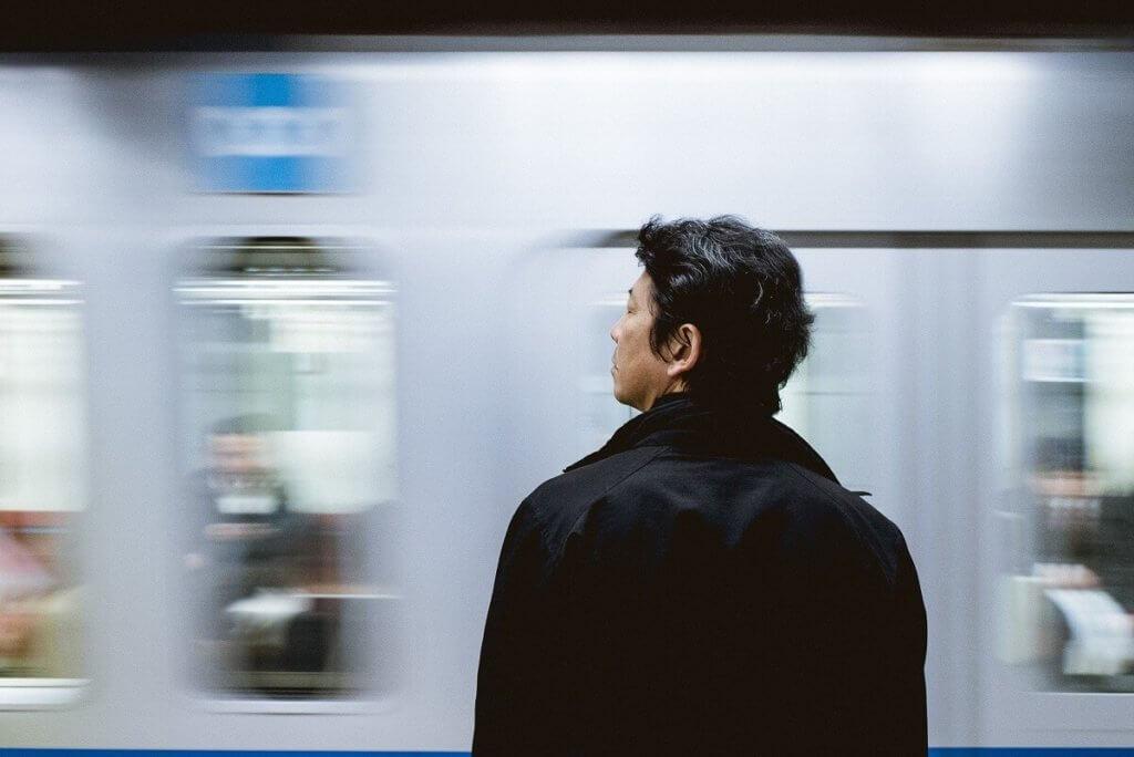 Imagen de un japonés esperando al metro