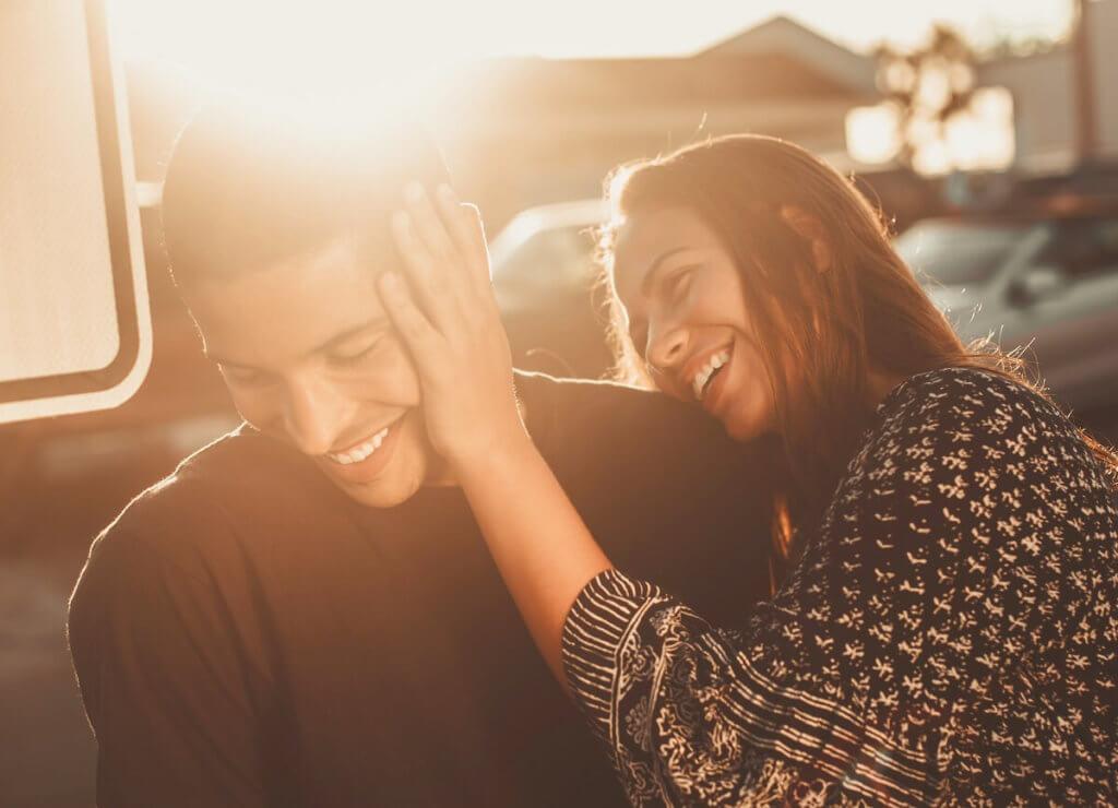 Una pareja de chico y chica se ríen y se divierte flirteando