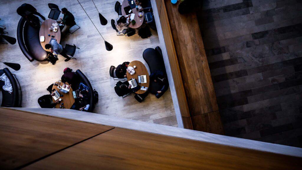 Imagen de un salón comedor con mesas grandes