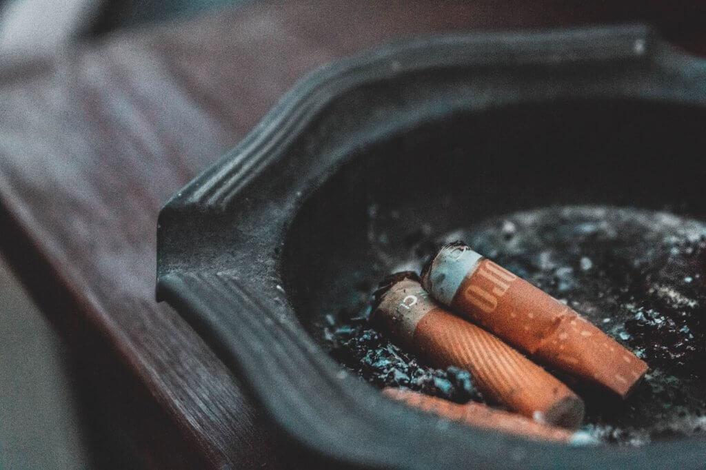 foto de un cenicero con cigarros apagados