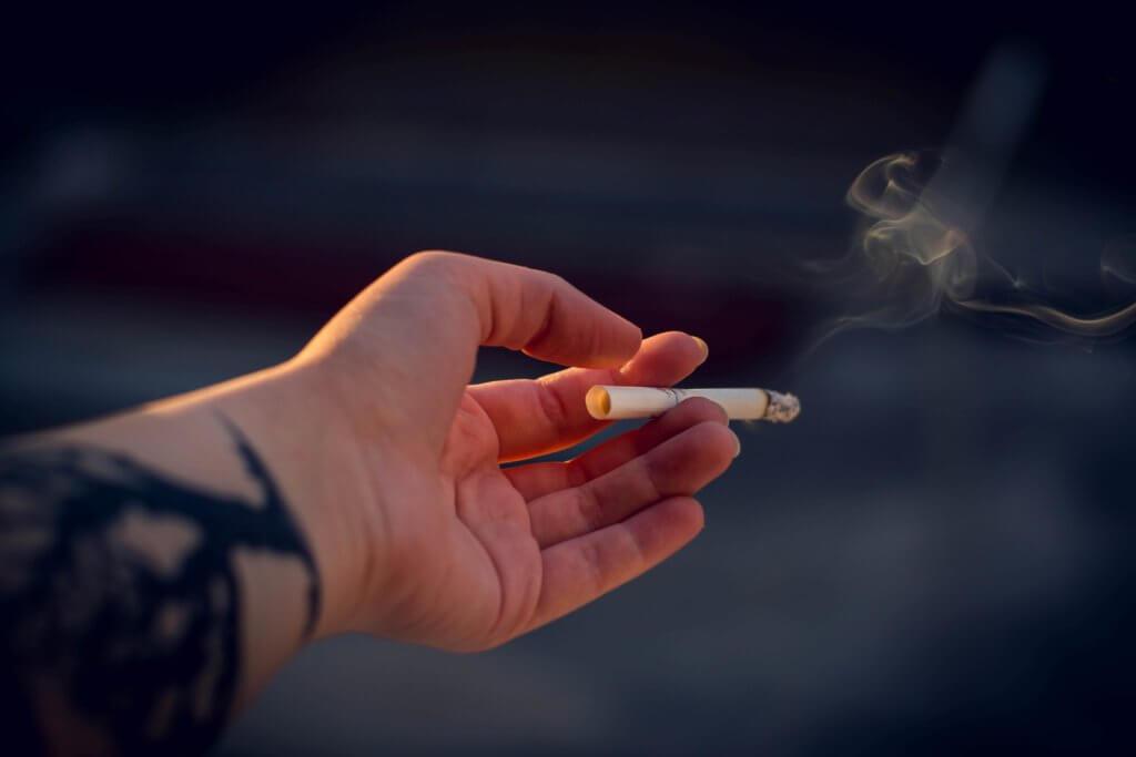 mano sujetando un cigarro