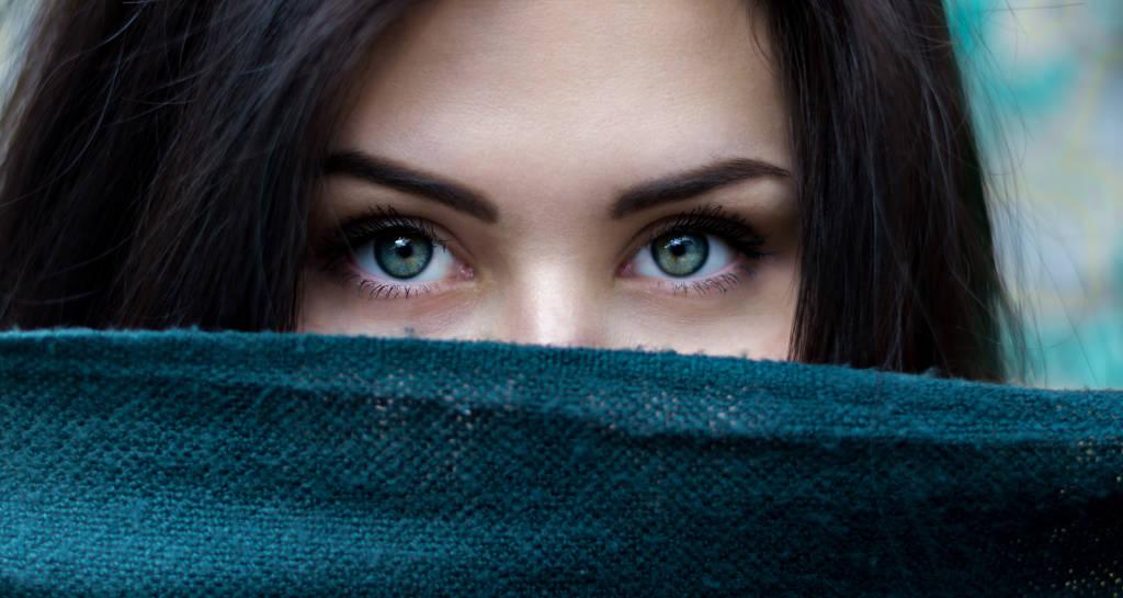 Chica con una bufanda tapando la cara a la que solo se le ven los ojos