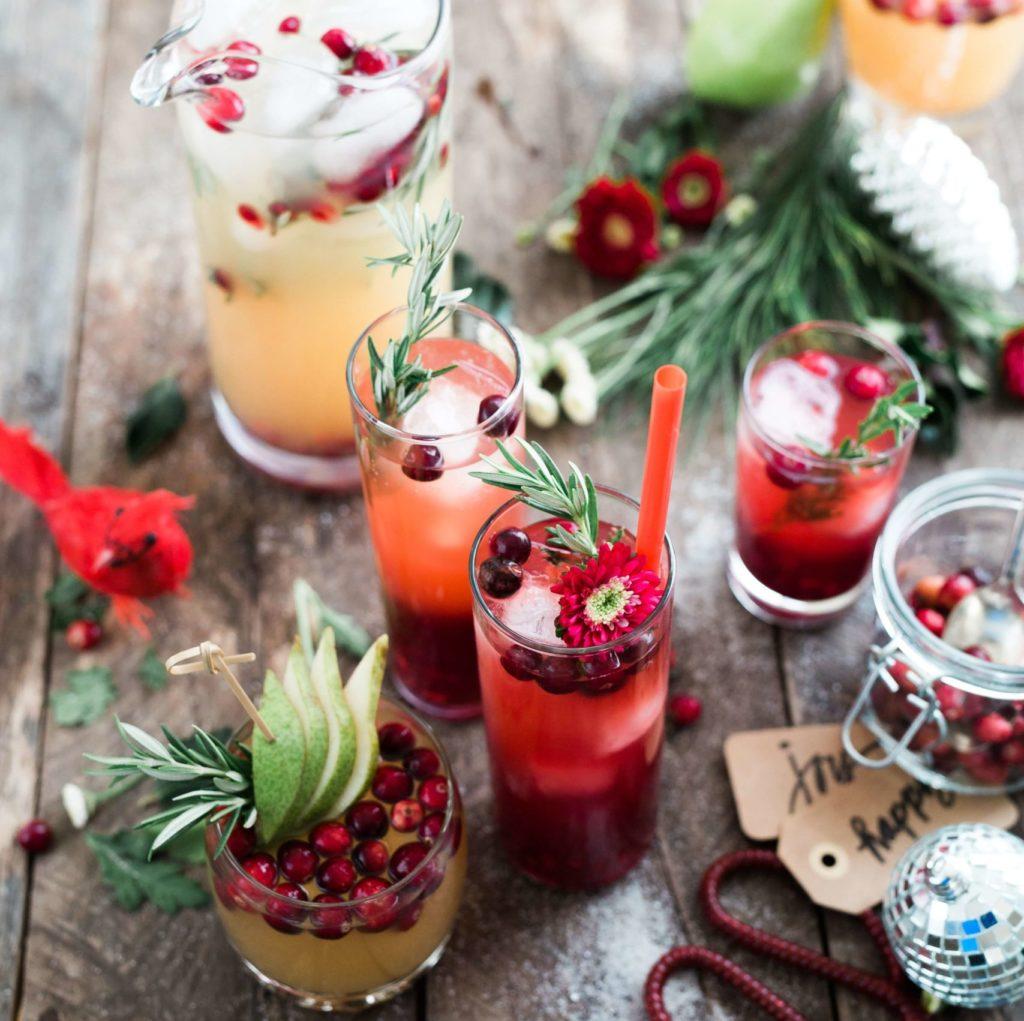 imagen de unos vasos de bebidas decorados de navidad