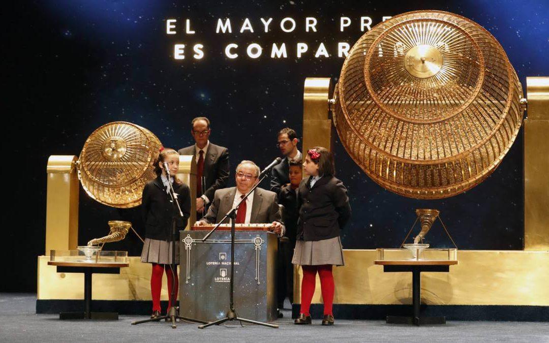 imagen de los niños de san ildefonso el día de la lotería de navidad, salon del sorteo, bombos, mesa de registro, etc.