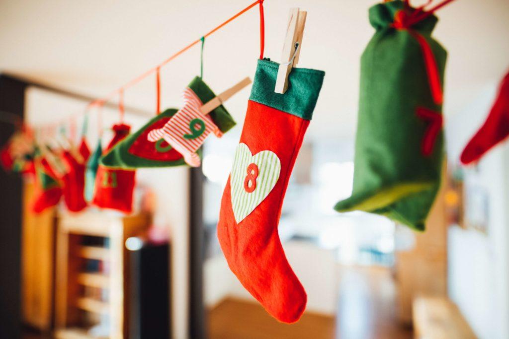 calcetines de navidad colgados de una cuerda y sujetos por pinzas