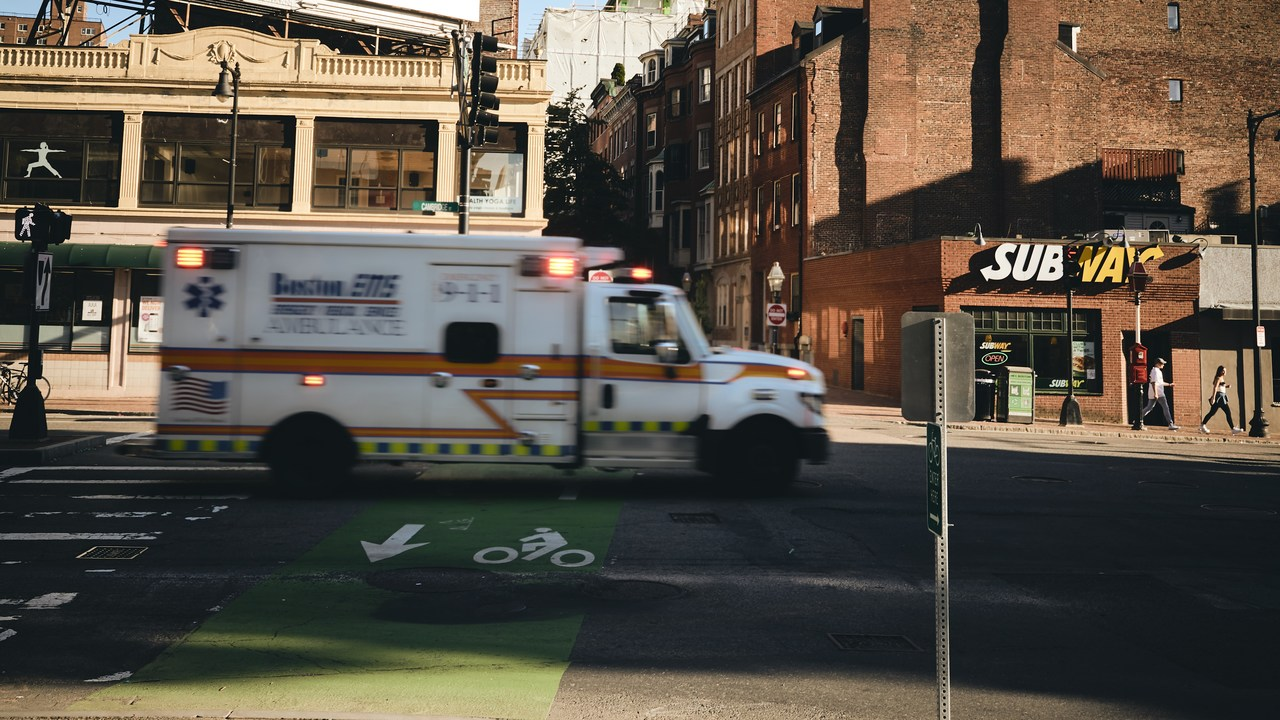 ambulancia atendiendo una sobredosis