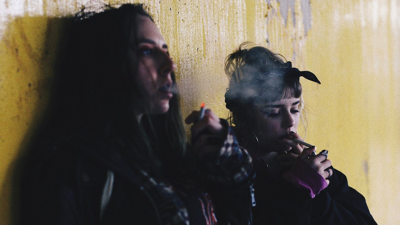 2 chicas fumando