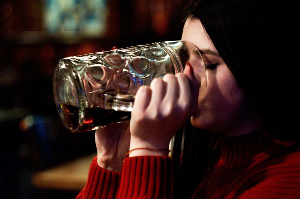 personas se han refugiado en el alcohol para evadir o aplacar el estres y las preocupaciones